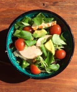 groene salade met gerookte kipfilet en avocado