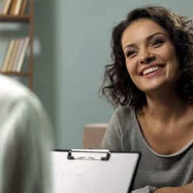 vrouw op consult bij begeleider voor een succesvolle verandering van levensstijl