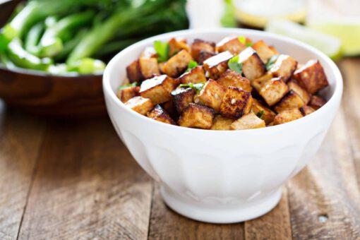 gebakken tofu met groentenoedels